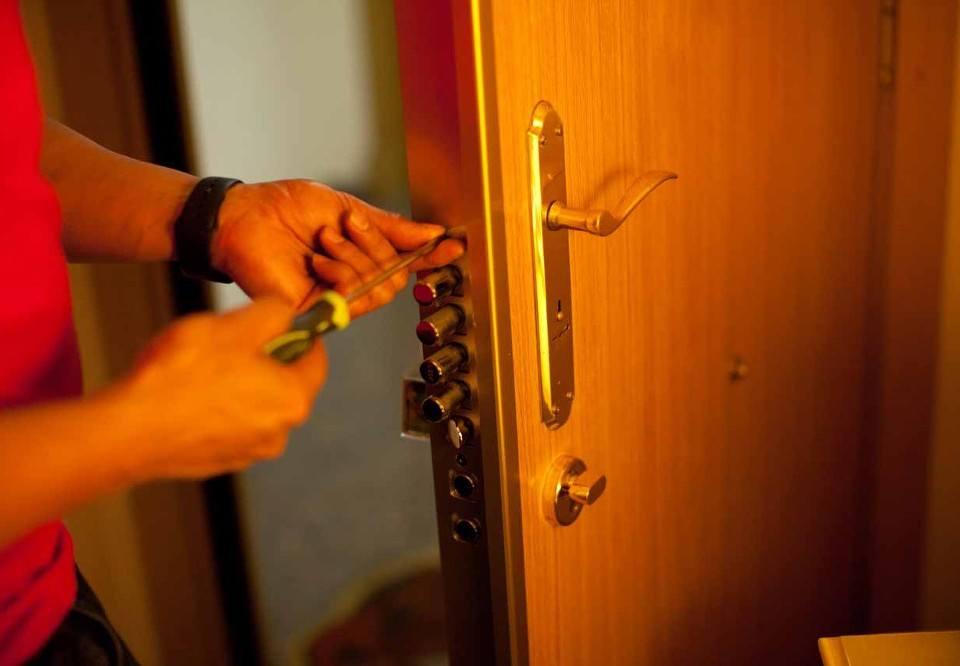 cerraduras2 960x666 - Instalación Cerraduras Alicante